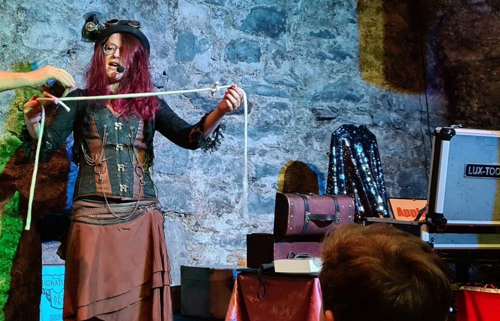 Zauberin führt Seiltrick vor