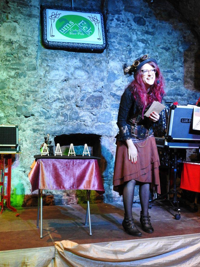Zauberin auf Bühne