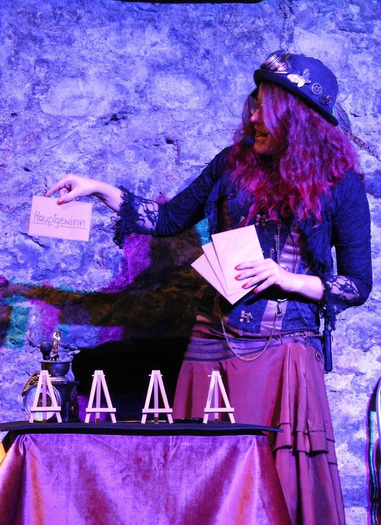 Zauberin mit Kuverts