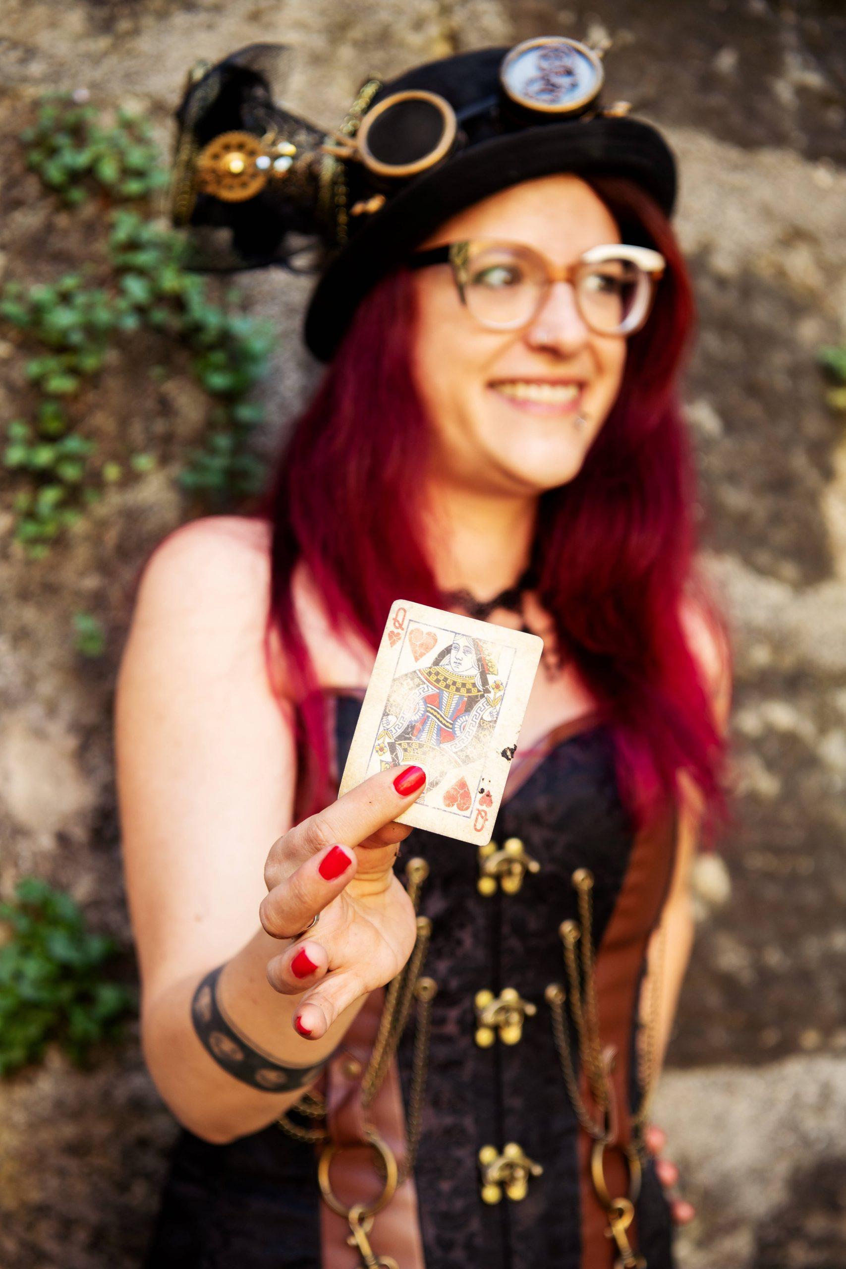Zauberin mit Spielkarte