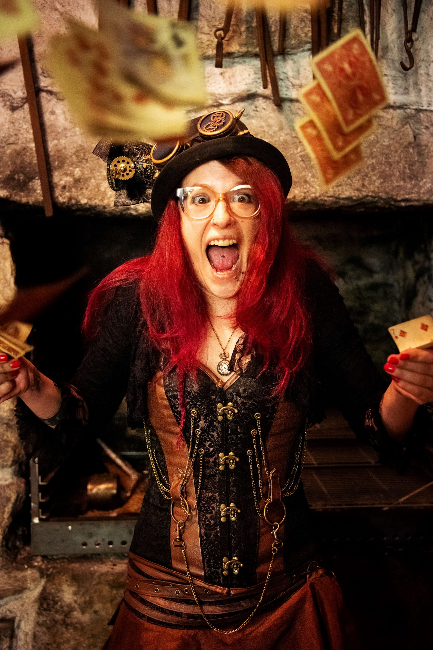 Zauberin wirft Karten